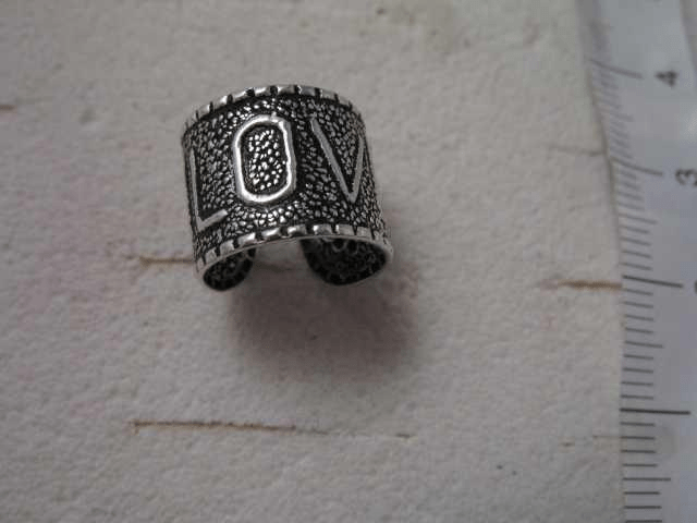 """1 st. öron cuff i 925 sterling silvermed tryck """"love"""""""