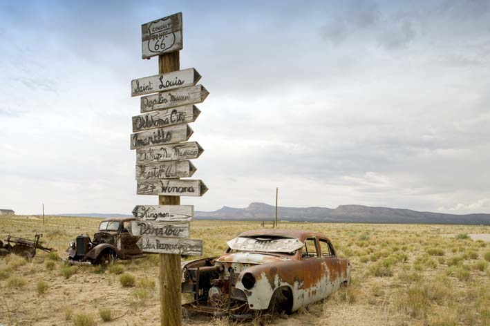 Poster Rusted cars along RT 66, 100x125cm